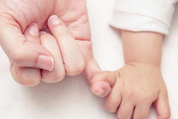 După copiii născuți din mame surogat au venit părinții din Argentina