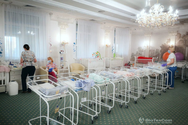 46 de bebeluși născuți de mame surogat pentru părinți din România, Marea Britanie, SUA și alte țări se află blocați în Ucraina