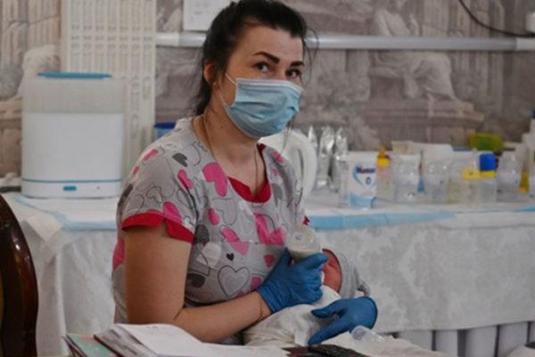 Bebelușii-surogat nu pot fi luați din Ucraina din cauza carantinei. BBC relatează povestea unui cuplu argentinian