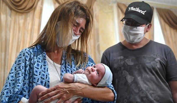 Părinții străini și-au văzut pentru prima dată copiii născuți în Ucraina