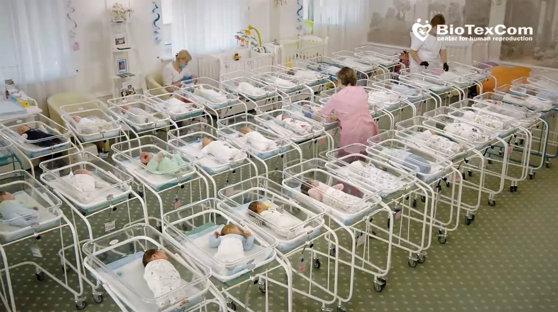 Bebeluşi născuţi de mame-surogat nu pot ajunge la părinţi din cauza coronavirusului