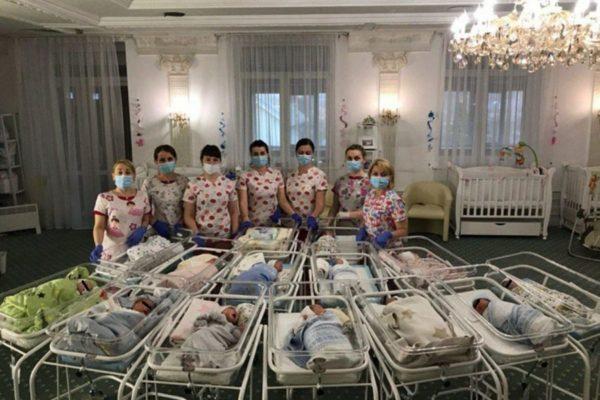 """Drama celor 50 de bebeluși născuți din mame """"de împrumut"""", la care părinții nu pot ajunge!"""