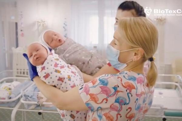 Bebeluşi născuţi de mame surogat din Ucraina nu pot fi luaţi de părinţii din SUA, Europa şi alte regiuni din cauza restricţiilor de călătorie legate de coronavirus