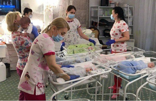 Bebelușii născuți de mamele surogat blocați în Ucraina din cauza pandemiei de coronavirus
