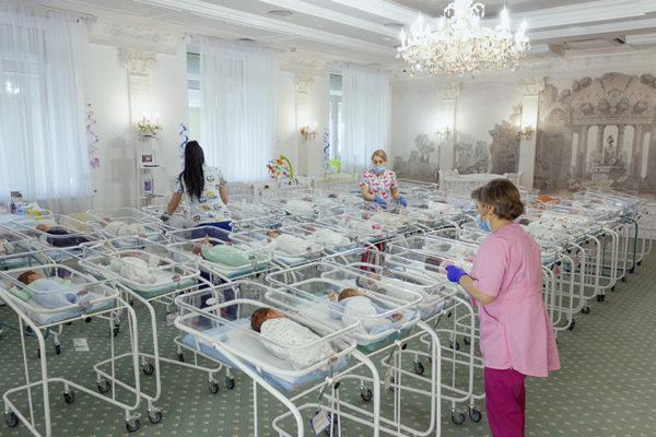 """Imagini șocante de la """"fabrica de bebeluși"""". 51 de copii născuți de mame surogat, blocați în Ucraina din cauza restricțiilor"""